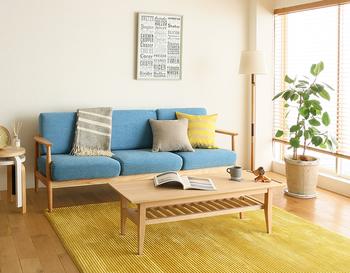 明るい雰囲気を取り入れたい方はイエローがおすすめ。一枚敷くだけで、お部屋がぱっと華やぎます。補色のブルーのソファともよくマッチしていますね。