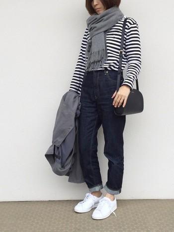 ノーウォッシュデニムと爽やかなボーダーシャツを合わせたほんのりマリンルック。足元は白スニーカーでカジュアルに。ストールとコートの色味を合わせると統一感がでます。