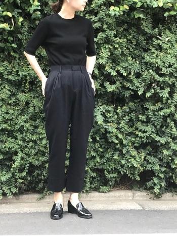 素材が異なる黒でまとめたオールブラックコーデ。足元をエナメル靴にすると、シンプルでありながらスタイリッシュな雰囲気に。バレエシューズでかわいくまとめても◎