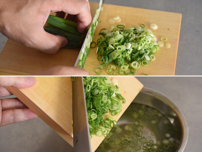 混ぜ込む基本の薬味は「ねぎ」と「生姜」。それぞれ刻みねぎとせん切りにしておきます。今回は、さらに薬味たっぷりと豪華に「みょうが」と「大葉」も用意。どれも切ったら水にさらすので、小回りのきく薬味俎板があると便利そう。