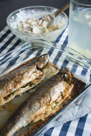 魚を作り置きする際には加熱を充分にして、味付けをしっかりとつけること。お弁当を作る要領のイメージです。レモンやショウガ、梅、わさびなどを一緒に使うと防腐剤としての役割も果たしてくれますよ。作り置きしても冷蔵とおなじく5日以内にはいただくようにしましょう。 魚の作り置きは日々の食卓のメインにも付け合わせにもなるので、とっても便利なのです!