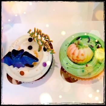 ハロウィン気分を盛り上げてくれるポップなカップケーキは、食べるのがもったいないくらいキュートですね。
