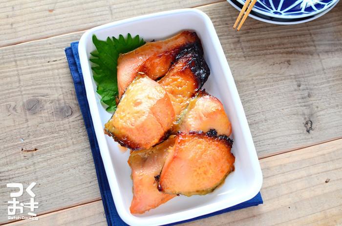 和食の定番、西京焼き。ご飯もどんどん進む最強おかずですね。サイズを小さくすればお弁当にも持っていけるので作り置きが大変便利です。