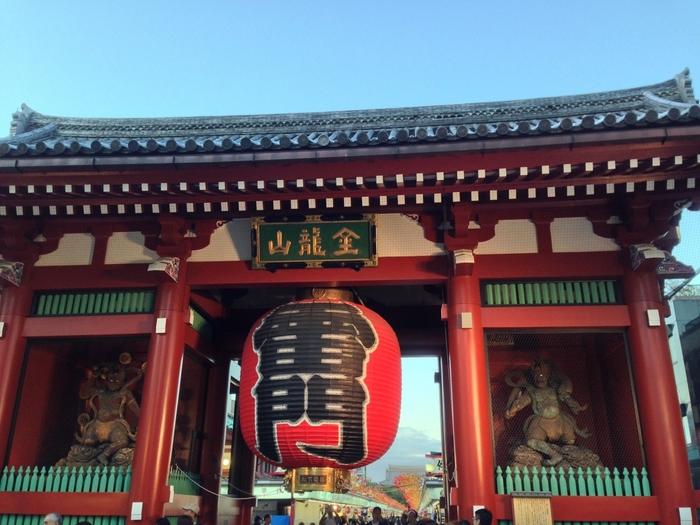 ショッピングを楽しんでセンスを刺激されたら、下町・浅草といえば、の観光名所「雷門」で有名な「浅草寺(せんそうじ)」へ。