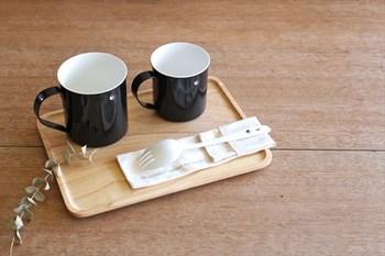 小さなカモメのワンポイントになったカップは、新潟県燕(つばめ)市にある老舗の琺瑯メーカーが手がけた商品。 白と黒のシックなカラーリングで、男性へのプレゼントにしても喜ばれそう。