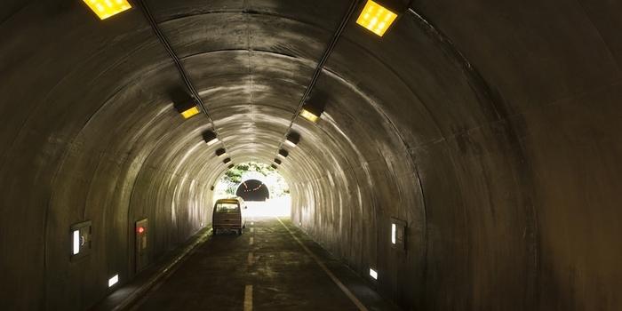 見た目は普通のトンネルですが、実は、人がちょうど通れるほどの高さになっています。遠近法が巧みに計算されたたアート作品を、体で体感してみて。