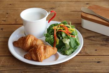 野田琺瑯のラウンドプレートに月兎のマグカップをのせれば、お洒落なカフェのワンプレートランチ風。 真っ白のプレートに、マグカップのアクセントカラーが似合います。