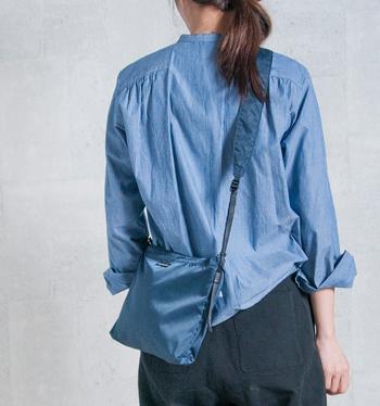 きちんとした印象の「シャツ×パンツ」スタイルにサコッシュを斜めがけ。程よくカジュアルダウンさせた絶妙なMIXスタイルが、簡単につくれます。サコッシュのカラーをシャツと同系色にすることで、変に目立ちすぎず、バランス良くまとめています。