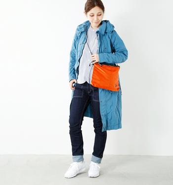 """シンプルコーデの差し色として、明るいカラーのサコッシュをセレクトするのも""""オシャレ上級者さん""""ぽくって素敵。普通のバッグよりも小さめなので、派手な印象にはなりません。普段、シンプルな洋服が多いという方は、コーデのアクセントとして特におすすめです。"""