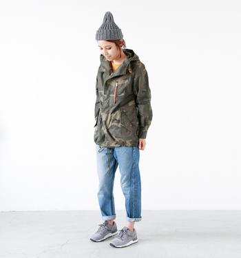 ミリタリーテイストのジャケット×デニムのメンズライクなコーデにニットキャップを被ると、印象が柔らかくなり、ハードになりすぎません。さらに、浅めに被って少し高さを出してあげると可愛らしさもプラスされて◎。キャップとスニーカーのカラーをグレーでそろえているのも、オシャレに見えるポイント!