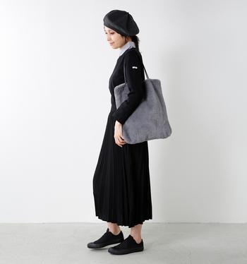 グレーのエコファーバッグが引き立つように、全身を黒でまとめたシックで上品なスタイル。エコファーバッグが、重くなりがちなモノトーンコーデに程よく柔らかさと軽やかさをプラスしてくれます。