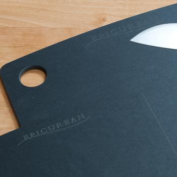 耐熱温度が高いまな板などは食器洗浄機に使えることがありますが、木のまな板は使えないことが多いので、違いをおさえておきましょう♪こちらのスタイリッシュな黒いまな板は天然木の繊維を合成させて作られたもので、耐熱温度はなんと176℃!もちろん食器洗浄機にも使えるとのこと。