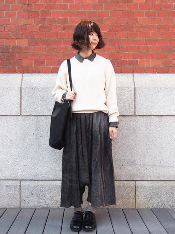 ニットの下にシャツを重ね着して、パンツとのつながりで一見ワンピースに重ね着しているかのよう。バッグに靴、靴下と、ニット以外全てブラックで合わせたスタイリッシュなコーデに仕上がっています。