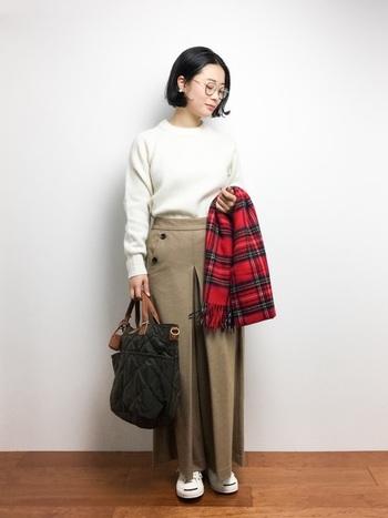 他のアイテムとの調和性の高い畦編みニットも、着まわしコーデには最適。主役級のボトムスは、一見ロングスカートに見えるけど、実はワイドパンツ。上質な小物の組み合わせが、全体的に品の良い雰囲気に。