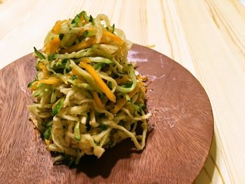 ちょっぴり中華風の栄養満点のさっぱりサラダ。筑前煮の献立の味のアクセントになりそうな一品です。