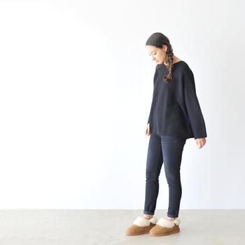 存在感抜群のファーブーツを存分に楽しみたいなら、デニム×カットソーのミニマルコーデが断然おすすめ。洋服をシンプルにすればするほど、ブーツの可愛らしさが引き立ちます。足元が華奢に見えるのもうれしい♪