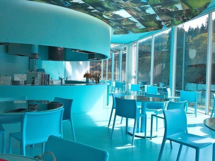 さわやかな水色の内装が印象的な「越後まつだい里山食堂」は、里山の野菜を中心にしたヘルシーなお料理がいただけます。一面ガラス張りの窓からは、美しい棚田を眺めることも。