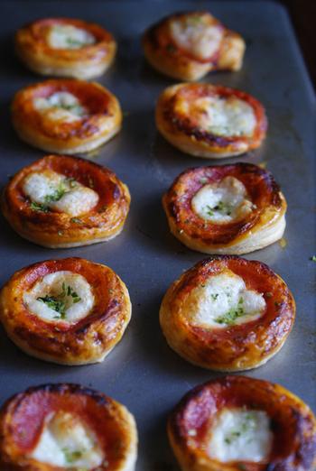 パーティーと言えば、なんとなくピザを思い浮かべる人もいるのでは?一口サイズの小さいピザ、皆のお気に入りになること間違いなしです。