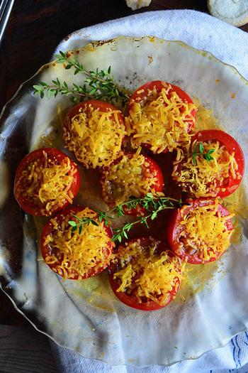 パルミジャーノとトマトの燻製レシピ。燻製って、意外と身近な中華鍋でもできちゃうんですね。大人の雰囲気漂うオシャレな一品です♪