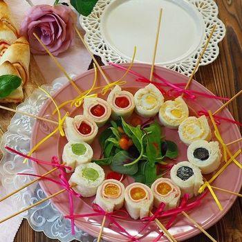 ひとくちロールサンドは外でのパーティーにもぴったり!トマトに卵、巨峰にマスカット、お好きな具材を巻いてみて。