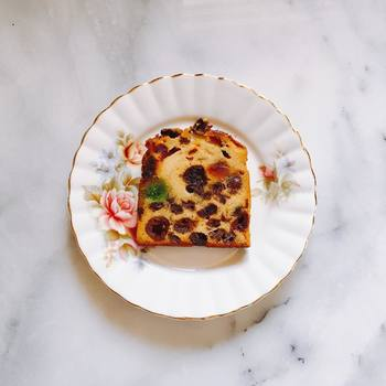 ドライフルーツがぎゅっと詰まったフルーツケーキは、クラシカルなお皿に似合います。さらりと乗せるだけで、こんなにもエレガントな一皿に。