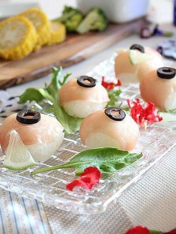 ひと口大に丸く握られたお寿司は、寿司酢ではなくレモンでアレンジ。とっても華やかで、テーブルにあるだけでゲストを喜ばせられるお料理です。