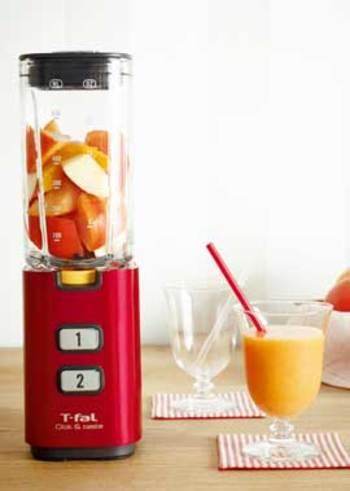 柿、りんごは皮つきのまま。オレンジは皮をむいて、ミキサーにかけるだけ。こんなに簡単なら、毎朝作れそうですよね。とろりとしたジュースには、秋の味覚がたっぷり。