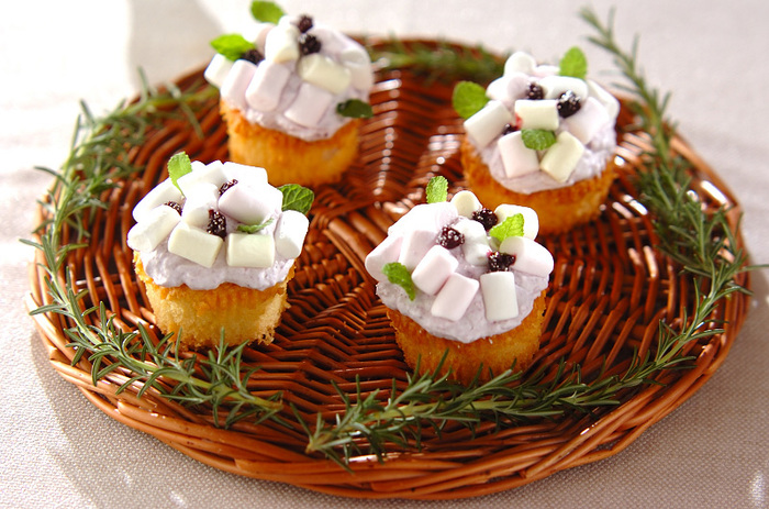 ブルーベリージャムとマシュマロで紫陽花を再現したミニカップケーキ。思わず写真を撮りたくなる可愛らしさです♡