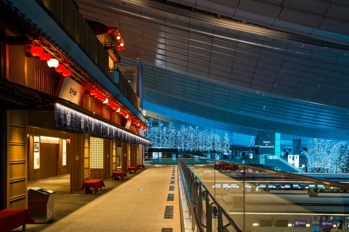 羽田空港国内線ターミナルから無料バスですぐに行くことができる、国際線ターミナル。和心あふれるスタイリッシュなターミナルは、特に海外旅行に行かない方でも、一度は訪れて頂きたいスポットです!