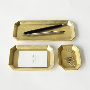 散らかりがちな文房具もスマートに。こちらは上品な佇まいが魅力的な真鍮の文具トレイ。アンティークな質感も素敵ですね。ペンやクリップ、メモ用紙をはじめ、指輪やブローチといったアクセサリーの保管場所としても◎