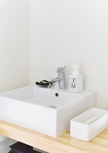 洗面台も水滴が残らないようにクロスで拭き取ります。ハンドソープは中身が入っているか確認して、足りない時には補充することも忘れずに。