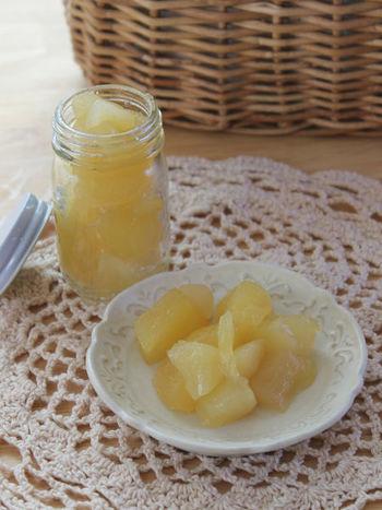 まずは手に入りやすいリンゴのコンポートからご紹介。リンゴ、グラニュー糖、レモン汁、の3つがあればできちゃいます。ヨーグルトと一緒に簡単ヘルシーなおやつはいかがでしょうか♪
