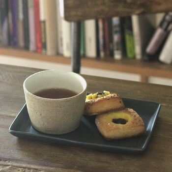 無造作にお菓子や料理を乗せても様になる、四角いプレート皿は食卓のマストアイテムです。一人前の料理皿にするのもいいですが、こんな風にトレイのような使い方をしてもおしゃれですね。