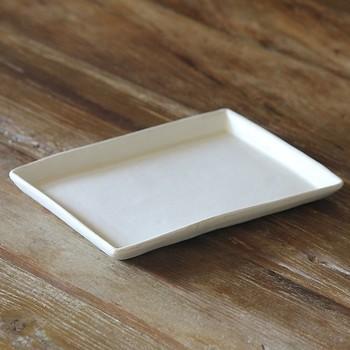 陶器ならではの土の優しい印象を引き出したマットな質感が素敵です。白と黒のシンプルな色も使い勝手が良さそうですね。ワンプレートで、他の器を重ねて、色々な使い方を試してみたくなる器です。