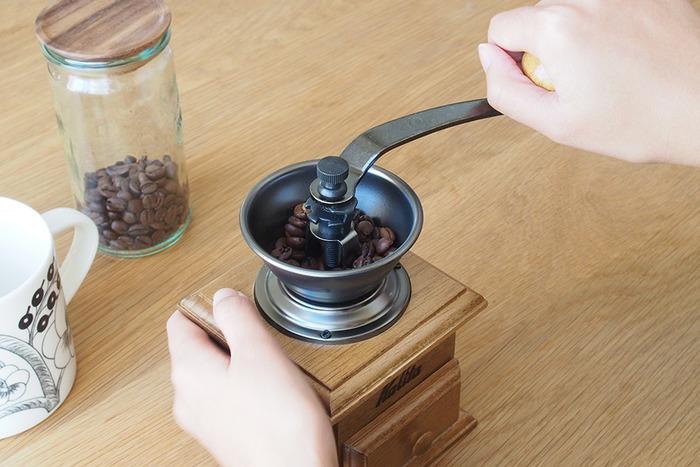 コーヒーの挽き方を「細挽き~粗挽き」から選べて、自分好みに仕上げることができます。安定感があるので女性でも挽きやすいですよ♪