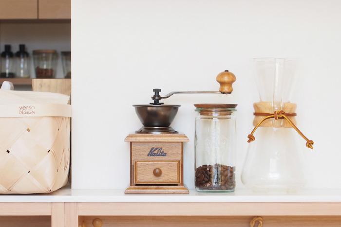 挽いてあるコーヒーもいいですが、たまには自分でハンドルを回してガリガリとコーヒー豆を一から挽いてみませんか?昔の喫茶店に出てきそうなクラシカルなデザインの「カリタ」のコーヒーミル。