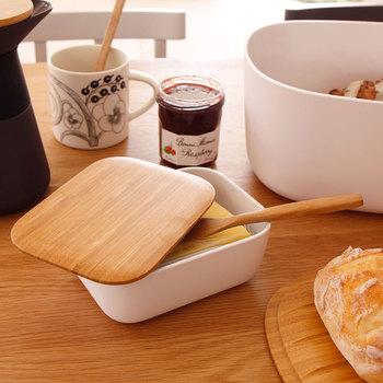 バターはどのように保存していますか?バターの入れ物が買ったままの紙箱や、プラスチックタッパーからバターボックスに変わるだけで、食卓の上が一気にグレードUPして見えそう♪
