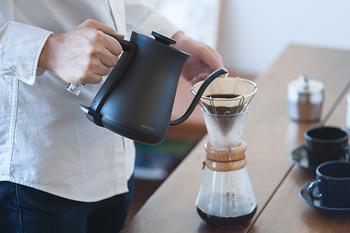 このケトルのおすすめは、見た目だけではありません。従来のケトルは注ぎ口が大きく、コーヒーをトリップするには不向きでした。でも「The Pot」ならこのスーと伸びた注ぎ口で、このままコーヒーを淹れられるんです。