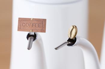 機能性に優れたポットでもコツをつかむまでは、お湯を自在にコントロールするのはなかなか難しいもの。そんなときは「ドリップピン」を使ってみませんか?注ぎ口にピンを取り付けるだけで、お湯を細く注いだり、雫のように落とせます。ストッパー部分にあるプレートやコーヒー豆も可愛らしく、取り付けているだけでも◎