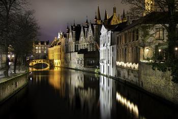 ベルギーの古都、ブリュージュは首都のブリュッセルより電車で1時間ほどの場所にあります。北のヴェネツィアとも呼ばれるこの街は運河が張り巡らされている、とても美しい街です。夜景は幻想的で大人っぽい雰囲気。