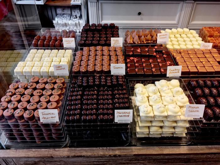 ベルギーと言えば、チョコレート!ブリュージュには、有名なお店がたくさんありますよ♪12月になると、サンタクロースやスノーマンなど、クリスマスならではの形をしたチョコレートがたくさん並びます。