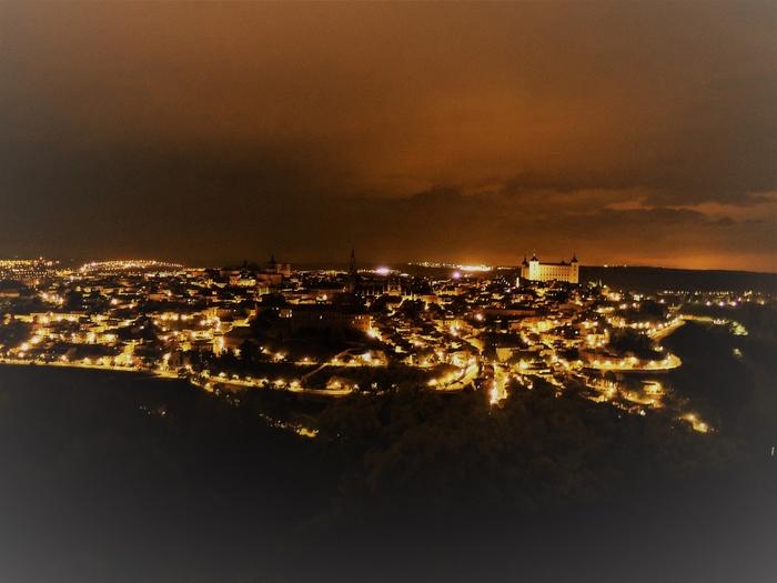 上の昼間の写真とはうってかわって、光に統一されたトレドの夜景。うねる小路がライトアップされていて神秘的。