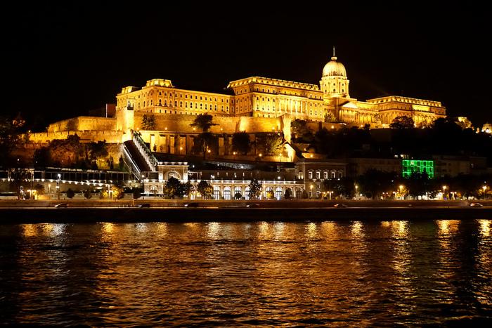 「ドナウの真珠」とも言われるハンガリーの首都、ブダペスト。ブダペストとはドナウ河をはさんでブダとペストといったエリアに分かれており、ドナウ河から見る両サイドの夜景はまさに真珠のように美しいです。丘の上にそびえ立つブダ王宮は美術館や博物館、図書館などの複合施設にもなっており、もちろん内部も見学できます。