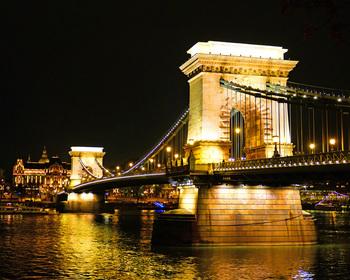 キラキラのネオンの夜景とは違い、統一されたあたたかな光たちは本当にロマンチック!