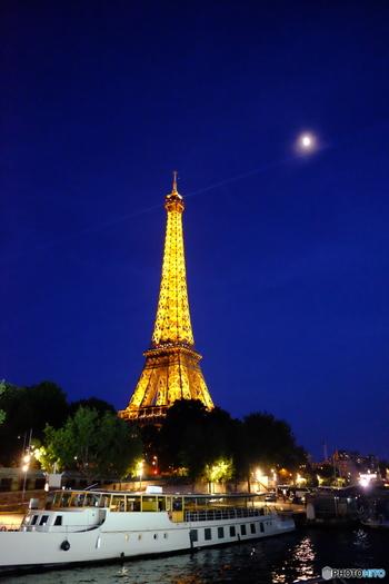エッフェル塔はやっぱりパリのシンボルですね。毎時5分間だけ行われるライトショーでは、エッフェル塔があふれんばかりに光り輝きます。街の至るところから見えるエッフェル塔を写真で撮ると、位置や時間によって表情がガラリと変わるので、その時々で写真におさめて見比べてみるのも楽しいですね。