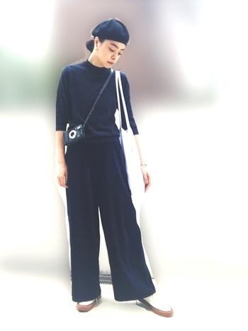 シンプルなネイビーコーデですがバッグ、靴、帽子などの小物使いが上手なおしゃれさん!まるでパリジェンヌのよう。