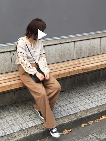 ボリューム袖+刺繍の組み合わせは今年らしいブラウスですね。ブラウスの色味に近い、ブラウンのパンツと合わせた秋らしいファッションスタイル♪