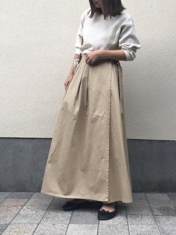 パリッとした素材のベージュスカートは体のラインを拾わずにスタイルを良く見せてくれるアイテム。トップスをインにして足長効果も抜群!