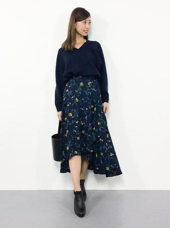 柄物のスカートやワンピースなどの地の色とトーンを合わせると、コーデが洗練されて見えますね。