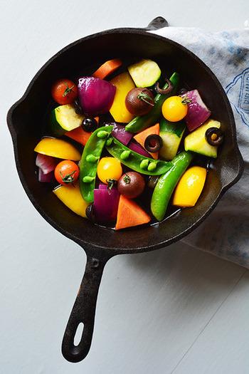 カラフルな野菜で作りたい、焼き野菜のマリネのレシピです。スキレットで作ってそのままテーブルに出せば、目を引くこと間違いなし!素敵な前菜になりますよ。